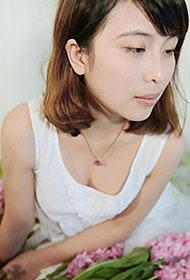 90后清纯少女恋上花儿唯美写真