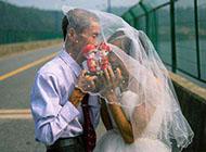 可爱幸福老年情侣图片