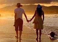 情侣甜蜜牵手散步图片