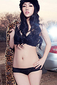 豹纹女郎展性感狂野魅力户外美照