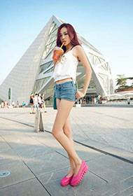 美女短裤大秀性感长腿街拍照
