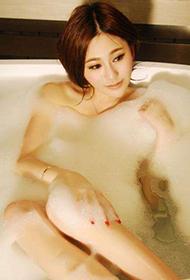 嫩模上演泡泡浴致命诱惑写真