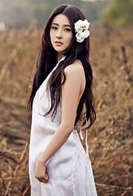 女演员贾青纯白无暇唯美户外写真
