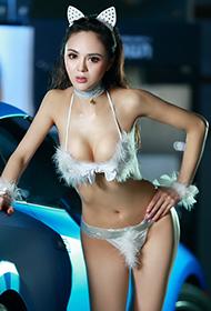内衣长腿性感车模陈俐丹超跑写真
