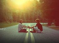 情侣唯美意境QQ空间图片夕阳下手牵手