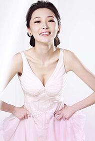 洪天照女友李曼裸色长裙秀身材