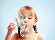 可爱萌宝宝欢乐吹泡泡图片