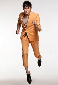 张睿橙色西装彰显独特风采