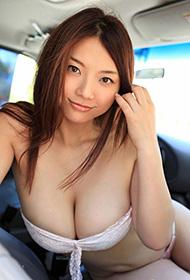 日本模特车上展现迷人事业线