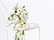 白色凳子上的手捧花