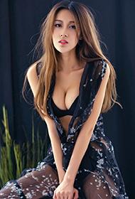 中国时尚模特耿晶展百变魅力