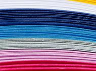堆叠的彩色纸张背景图片