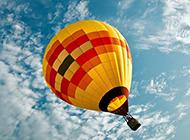 飞翔在蓝天白云中的唯美热气球图片