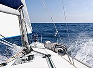 疾驰于大海的帆船航行图片