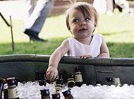 爱喝酒的调皮儿童图片