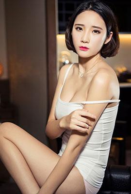 白皙短发美女秦若兮居家性感写真