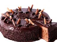 圆形的黑色巧克力蛋糕图片
