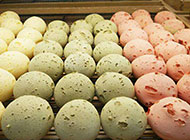 刚出炉的彩色面包图片