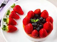 新鲜的草莓蓝莓蛋糕图片