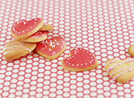 精美的爱心饼干甜点淡粉色背景素材