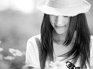 微笑的女孩子黑白背景图片