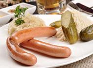 桌子上的西餐烤肠图片