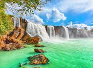 树林瀑布流水的风景高清图片