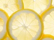 淡黄色的柠檬片背景图片