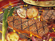 肉汁鲜嫩的烧烤牛排图片