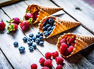 色彩鲜艳的水果华夫饼甜点摆盘