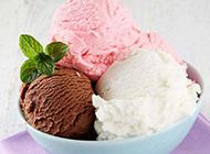 甜腻的三色冰淇淋图片