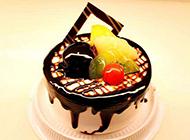 精致的巧克力水果蛋糕图片