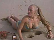 海边的性感美女内涵图
