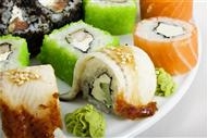 三文鱼牛油果寿司图片 好吃的三文鱼寿司美食图片