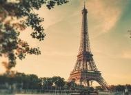 法国巴黎埃菲尔铁塔朦胧远景图片