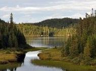 湖畔两边风景图片桌面壁纸下载