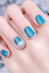 简单蓝色蕾丝法式美甲图片