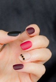 简单的磨砂指甲贴钻美甲图片