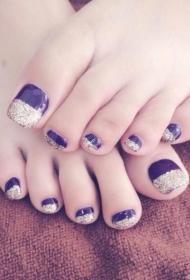 简单的紫色指甲油搭配银色亮片法式脚趾甲美甲图片