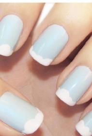 小清新蓝天白云图案法式美甲图片