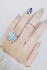 2017新款好看的奶奶灰搭配深蓝色彩绘花朵美甲图片