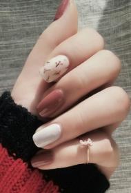 简单好看的小清新白色搭配裸色彩绘花朵美甲图片