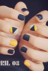 简单的黑色搭配黄色短指甲几何图形彩绘美甲图片