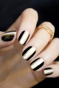 简单时尚黑白相间搭配金粉椭圆形短指甲美甲图片