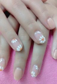 韩国小清新简单的裸色搭配白色小菊花图案美甲款式