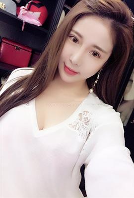 美女模特Renee子琪微博自拍美照酥胸诱人