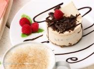 覆盆子蛋糕与咖啡