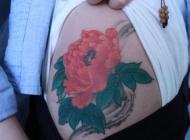 女孩子大腿上一款彩色牡丹花纹身图片