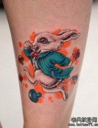 女人腿部一张卡通兔子纹身图片