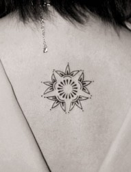 女性背部小小的图腾刺青